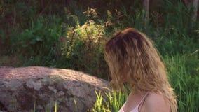 Portrait d'une fille courante et heureuse Une jeune femme tourne, rit et regarde dans l'appareil-photo Le vent se développe longt banque de vidéos