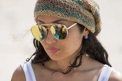 Portrait d'une fille dans des lunettes de soleil Images libres de droits