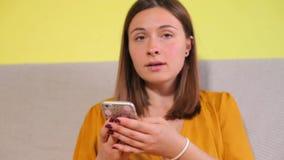 Portrait d'une fille dans des vêtements jaunes clips vidéos