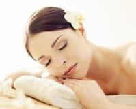 Portrait d'une fille dans la station thermale Massage de la procédure de thérapie Concept de soins de la peau et de massage Image stock