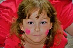 Portrait d'une fille dans une robe L'enfant a fait un maquillage lui-même photographie stock libre de droits