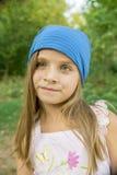 Portrait d'une fille dans un chapeau bleu Photos stock