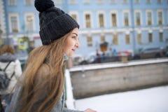 Portrait d'une fille dans un chapeau et une veste chaude Photos stock
