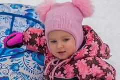 Portrait d'une fille dans un chapeau rose Image libre de droits