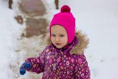 Portrait d'une fille dans un chapeau rose Photo libre de droits