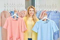 Portrait d'une fille dans un magasin d'habillement images libres de droits