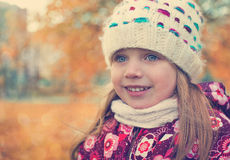 Portrait d'une fille dans une écharpe et un chapeau Images libres de droits