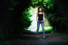 Portrait d'une fille dans une chemise noire Été Photos libres de droits