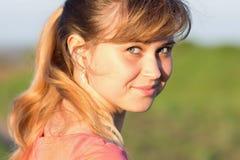 Portrait d'une fille dans une chemise sur la nature Images libres de droits
