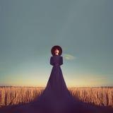 Portrait d'une fille dans une robe noire dans la forêt Photographie stock libre de droits