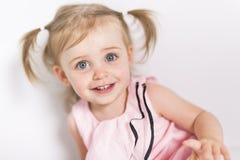 Portrait d'une fille de deux ans d'isolement sur le fond blanc Photo libre de droits