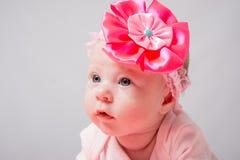 Portrait d'une fille de deux mois qui se trouve sur sa tête d'estomac haut Photo libre de droits