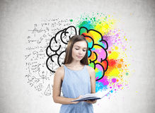 Portrait d'une fille de l'adolescence tenant un livre, cerveau Image stock
