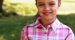 Portrait d'une fille de sourire en parc clips vidéos