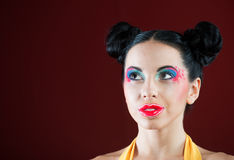 Portrait d'une fille drôle avec le maquillage coloré photographie stock