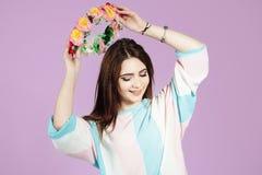 Portrait d'une fille en guirlande sur le fond rose sensible photos stock