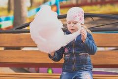 Portrait d'une fille en parc sur une promenade Photo stock
