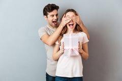 Portrait d'une fille enthousiaste heureuse tenant la boîte actuelle Photographie stock libre de droits