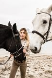 Portrait d'une fille entre deux chevaux Images libres de droits