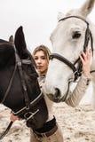 Portrait d'une fille entre deux chevaux Photo libre de droits