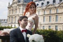 Portrait d'une fille et d'un type s'asseyant sur un banc Wedding à Paris Photo libre de droits