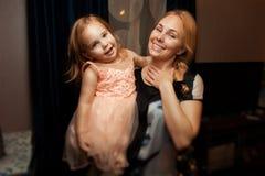 Portrait d'une fille et d'une mère image stock