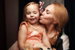 Portrait d'une fille et d'une mère photographie stock libre de droits