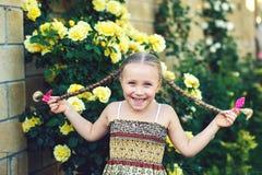 Portrait d'une fille gaie avec des tresses images libres de droits
