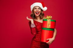 Portrait d'une fille gaie heureuse dans le chapeau de Santa Photos stock