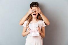 Portrait d'une fille gaie heureuse tenant la boîte actuelle Image stock