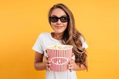Portrait d'une fille heureuse heureuse en verres 3d Images libres de droits