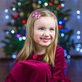 Portrait d'une fille heureuse sur le fond d'un arbre de Noël Photographie stock