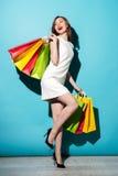 Portrait d'une fille heureuse tenant les paniers colorés Image libre de droits
