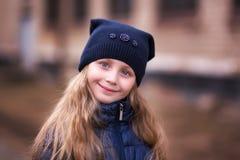Portrait d'une fille mignonne 7 années en parc Images stock
