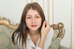 Portrait d'une fille mignonne avec de longs cheveux droits photographie stock