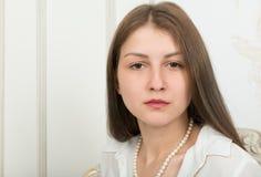 Portrait d'une fille mignonne avec de longs cheveux droits image libre de droits