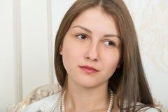 Portrait d'une fille mignonne avec de longs cheveux droits image stock