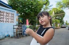 Portrait d'une fille mignonne avec la crème glacée l'extérieur Photographie stock libre de droits