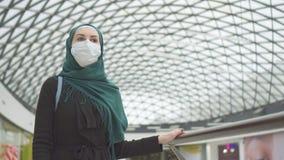 Portrait d'une fille musulmane dans le habillage médical dans le mail photo libre de droits