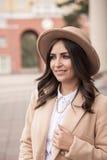 Portrait d'une fille portant un chapeau et un manteau Photos stock