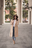 Portrait d'une fille portant un chapeau et un manteau Image libre de droits