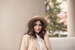 Portrait d'une fille portant un chapeau et un manteau Photographie stock