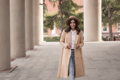 Portrait d'une fille portant un chapeau et un manteau Images stock