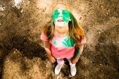 Portrait d'une fille pour le festival indien de couleurs Holi Photo libre de droits