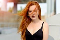 Portrait d'une fille rousse avec les yeux verts photographie stock libre de droits