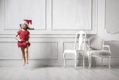 Portrait d'une fille sautante utilisant un chapeau de Santa photo libre de droits