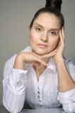 Portrait d'une fille se penchant sur sa main Image stock
