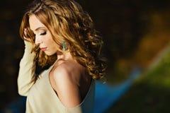 Portrait d'une fille sensuelle avec l'épaule nue dans le profil contre Photos libres de droits