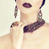 Portrait d'une fille sensuelle en bijoux Image libre de droits