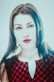 Portrait d'une fille sur un fond brouillé Photo libre de droits